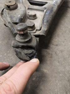 Порванный пыльник шаровой опоры Рено Логан